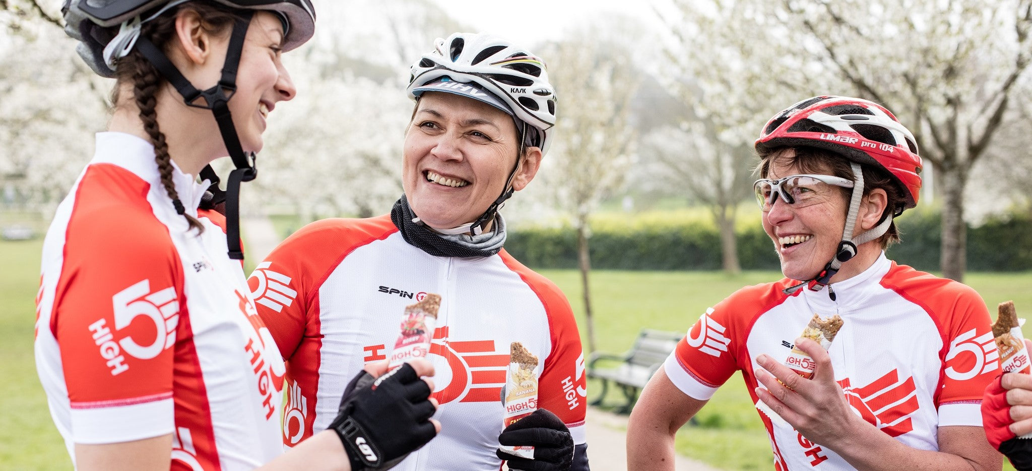Cyclists eat HIGH5 Energy Bars