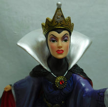 Laden Sie das Bild in den Galerie-Viewer, Disney Showcase Enchanted Objects Statue Schneewittchen Böse Königin 4060075
