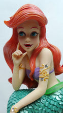 Laden Sie das Bild in den Galerie-Viewer, Disney Enesco Showcase Figur Haute Couture : Arielle auf Felsen