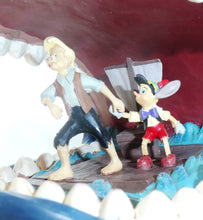 Laden Sie das Bild in den Galerie-Viewer, Disney Enesco Traditions Figur Jim Shore : Pinocchio Monstro mit Gepetto und Pinoccho Gepetto im Wal