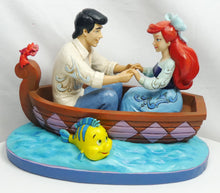 Laden Sie das Bild in den Galerie-Viewer, Disney Enesco Traditions Figur Jim Shore : Arielle die Meerjungfrau & Prinz Eric im Boot 4055414