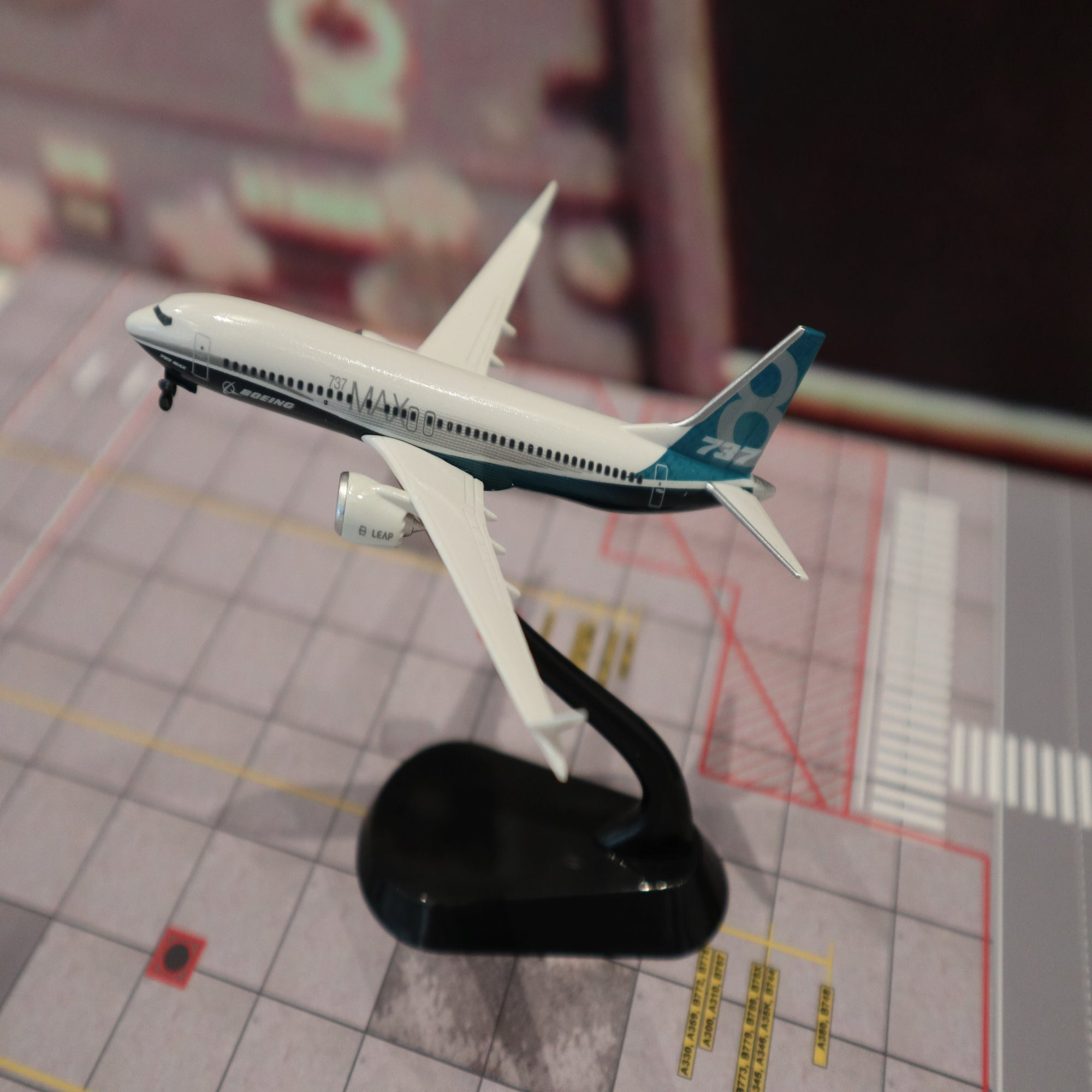 B737 MAX 1:400 on stand Model