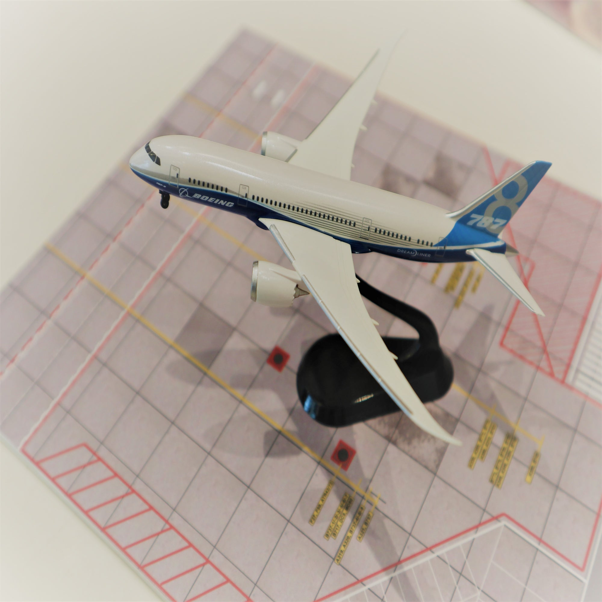 B787 1:400 on Stand Model