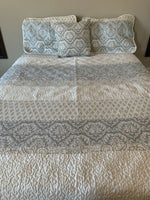 Queen Duvet Quilt Cover With 2 Pillow cases & accent pillow.