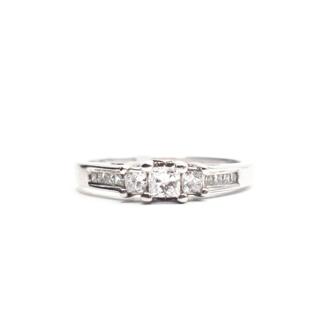 14K Gold Engagement Ring with Princess Cut Diamonds Stone and 0.75tcw