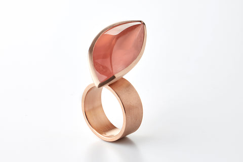 Hidden Secret ring in 18k gold with a 25,56 ct rose quartz. Jewellery by Rembrandt Jordan