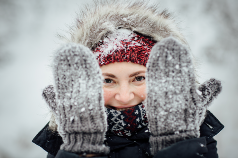 Keep the body warm in snowy weather with gloves, jacket and beanie