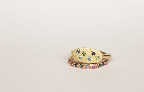 Gold ring oval with sapphire scattering