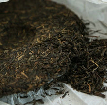 "Load image into Gallery viewer, 2009 DaYi ""Da Yi Hong"" (Red TAE) Cake 357g Puerh Sheng Cha Raw Tea - King Tea Mall"