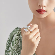 Load image into Gallery viewer, White Daisy Ring