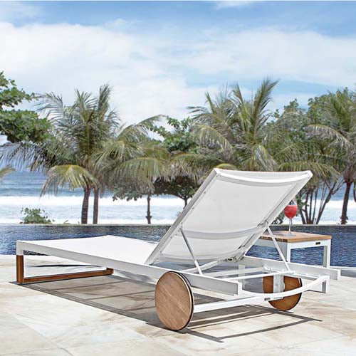 Mamagreen Ekka Chaise Lounge with black batyline and teak legs and wheels