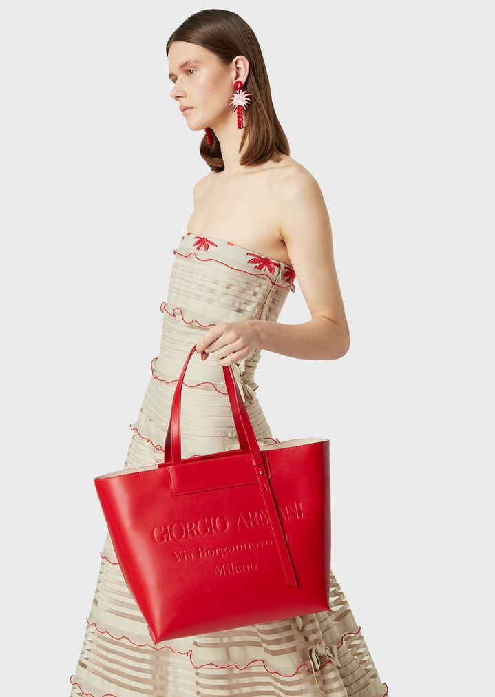 Shopper in leather with tone-on-tone embossed logo