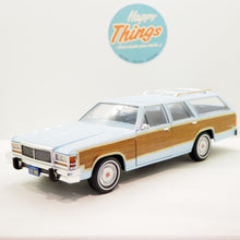 Indlæs billede til gallerivisning 1:18 Ford LTD Coundtrup Squire 1981, Charlie´s Angels, Greenlight, lyseblå