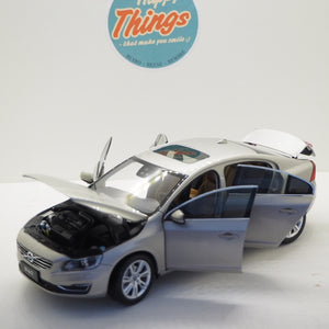 1:18 Volvo S60, 2015, Crystal White Pearl, Seashell metallic, åben model