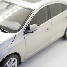 Indlæs billede til gallerivisning 1:18 Volvo S60, 2015, Crystal White Pearl, Seashell metallic, åben model