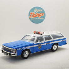 Indlæs billede til gallerivisning 1:18 Ford Crown Victoria StationWagon, New York Police, Greenlight, delvis åben model