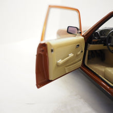 Indlæs billede til gallerivisning 1:18 Mercedes-Benz E-klasse 230TE S123, 1982, english red, Norev 183732, åben model