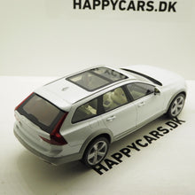 Indlæs billede til gallerivisning 1:18 Volvo V90 Cross Country, 2017, hvid, DNA Collectibles, limited, lukket model