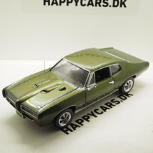 Indlæs billede til gallerivisning 1:18 Pontiac GTO Hardtop, Class of 68, 50th anniversary, grøn, 1968, AutoWorld 1128, limited, åben model