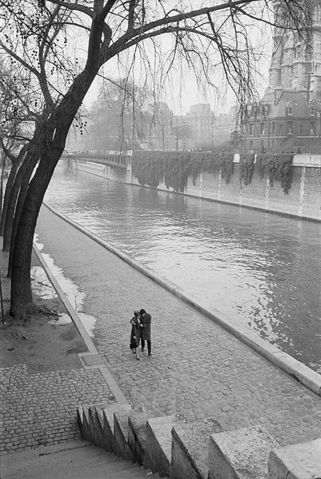 Love by the Seine: get swept off your feet by this b+w photo