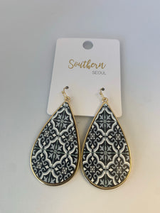Southern Seoul Wood Teardrop Earrings Black