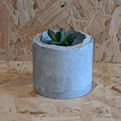 Ahon chunky grey concrete pot