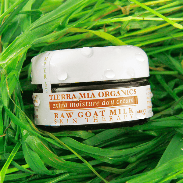 extra_moisture_day_cream_made_with_fresh_goat_milk_in_green_grass