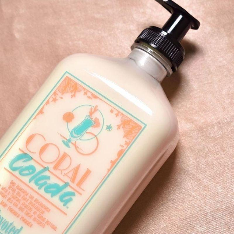 enydatikh_krema_gia_diathrhsh_mayrismatos_coral_colada_devoted_creations_bodyshine