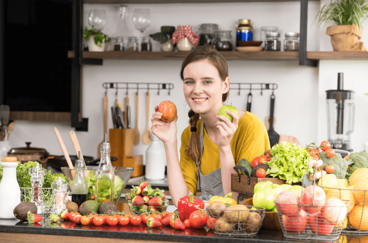 Healthy_looking_young_woman_in_kitchen_preparing_healthy_meals