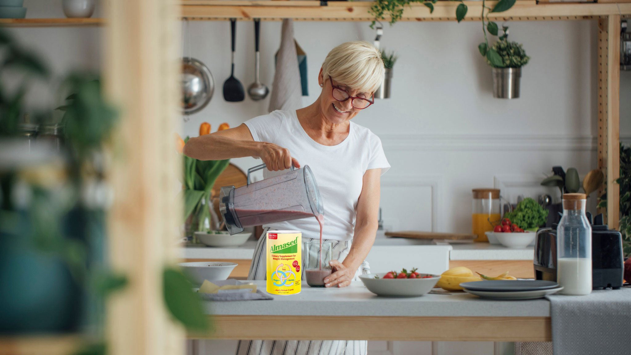woman in the kitchen preparing an lmased smoothie for weight control