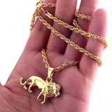 Main portant un collier lion en or pour homme.