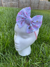 Load image into Gallery viewer, Baby bow in nylon headband