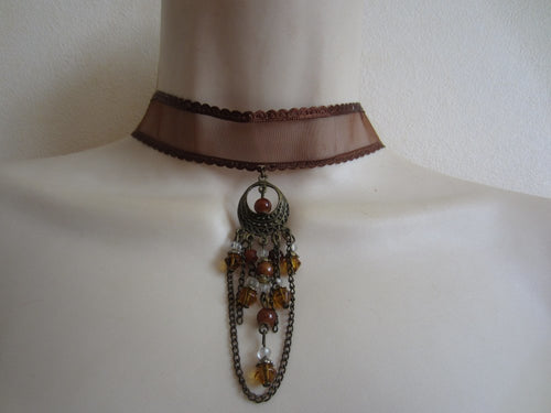 collier ras de cou marron