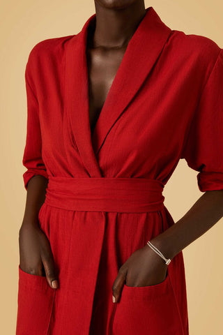 Par en Par Playa Robe Dress in Red. This utilitarian robe provides just enough warmth for the plane and easily slips over any outfit. Features detachable belt and front dart pockets. 100% handwoven cotton using organic cotton. Color red. 100% cotton. Sizes x-small small medium large.