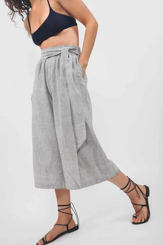 Par en Par Tie Waist Culotte in Stripe. Comfortable tie-waist culottes finished with an easy elastic waist and organic handwoven cotton from India. Features self tie belt. Color grey white. 100% handwoven cotton. Sizes x-small small medium large.