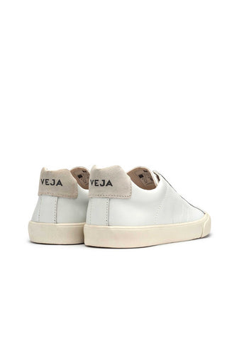 Veja Fall 2018 Esplar Extra White Leather Sneaker. Upper in leather with panels of leather and suede. Stitch V logo. Sole made of wild rubber from the Amazonian forest. Made in Brazil in the region of Porto Alegre. Color white. 100% leather. Sizes 36 37 38 39 40 41.