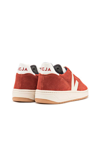 Veja Fall 2018 V-10 Rouille Pierre Suede Sneaker in Rust Stone. Suede upper, Logo V made of rubber. Fully lined in organic cotton. Sole made of wild rubber from the Amazonian forest. Made in Brazil in the region of Porto Alegre. Color burnt orange. 100% leather. Sizes 36 37 38 39 40 41.