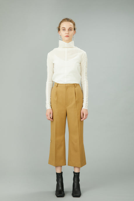 hem slit trousers with antique shell buttons (beige)
