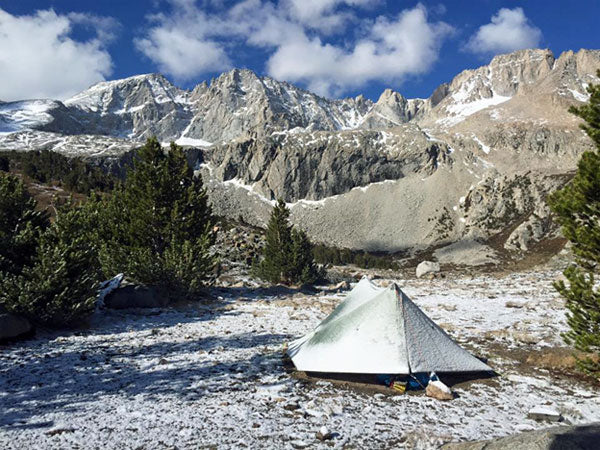 camping-in-light-snow-in-the-Sierra-Nevadas-on-the-PCT