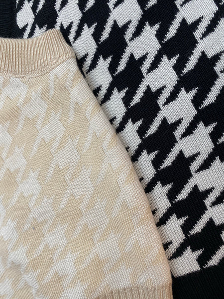 Nude and white knitted dogtooth vest