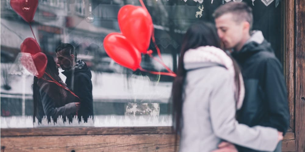 Couple qui s'embrasse - Les Origines de la Saint Valentin - Insta-Couple