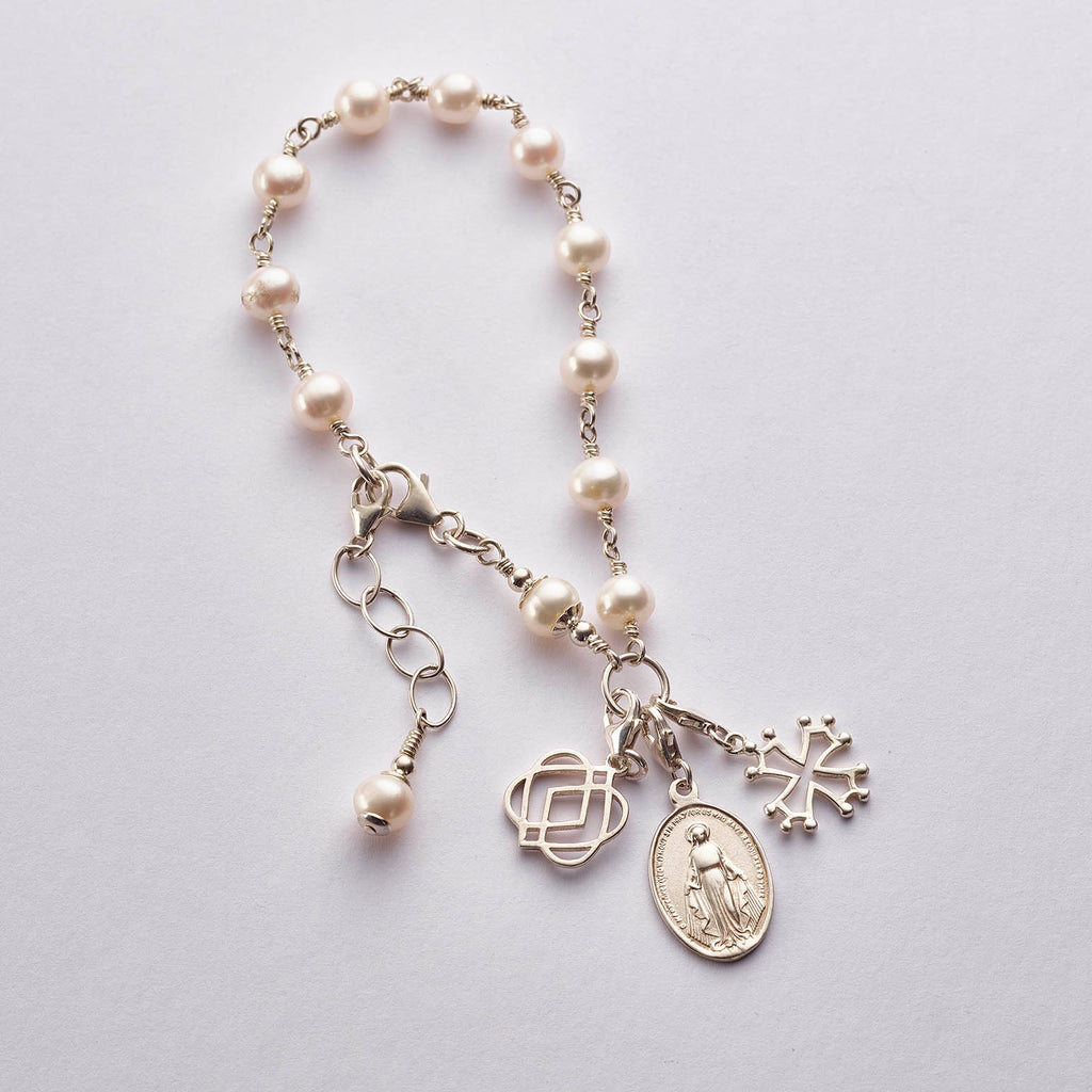 ONENESS freshwater pearl bracelet with silver charms