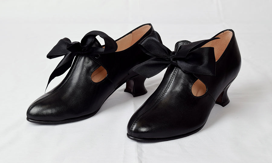 Eighteenth Century Ladies Tongue and Tie Leather Shoes (SP1800)
