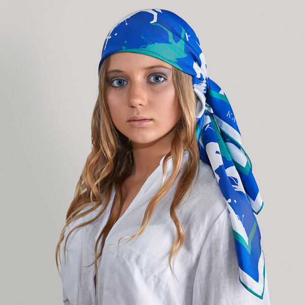 A silk scarf tied around your head always catches the attention of all the people around you.