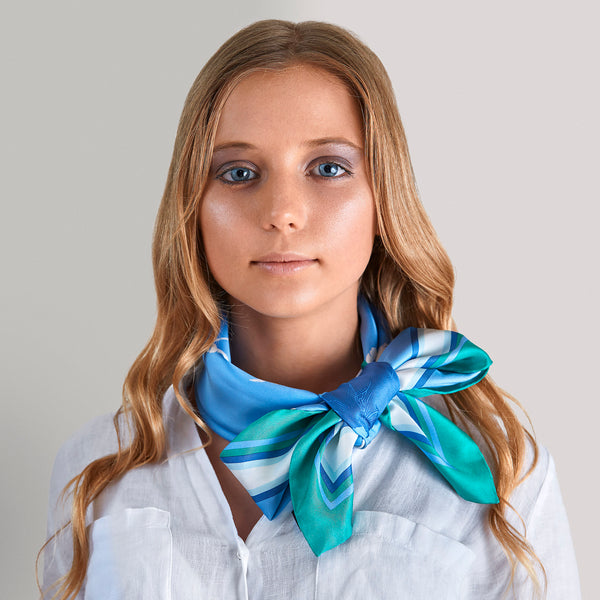 Elegant bow: perfect classy mix with shirts and sweaters.