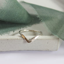 Load image into Gallery viewer, Hammered wishbone ring