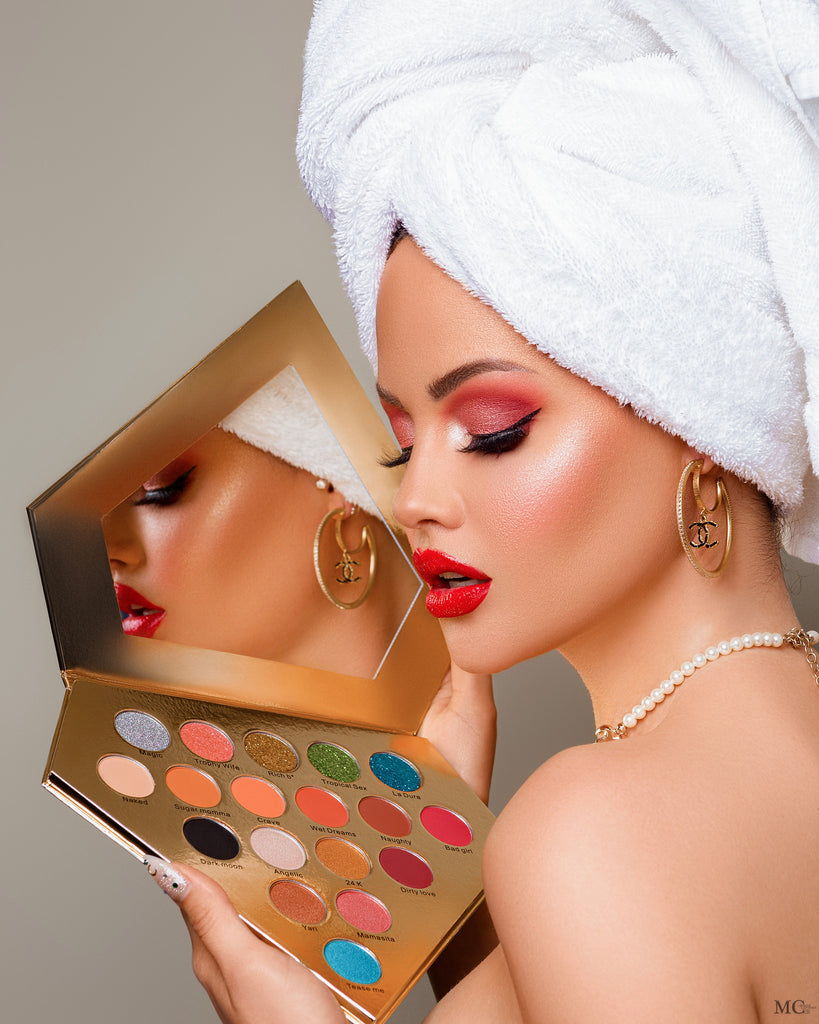 Yilena Hernandez Dimond Babe Eyeshadow Palette is your secret weapon to create every day looks from natural to dramatic look. This eyeshadow palette is everything you need. Mixed finishes of rich mattes, shining metallic and insane pressed glitters