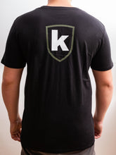Laden Sie das Bild in den Galerie-Viewer, K-Custom T-Shirt - Black-Olive-White