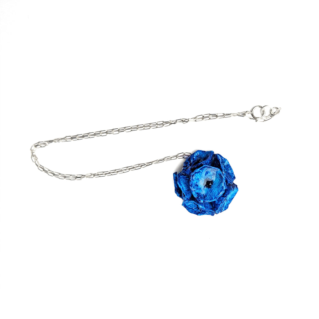 catenina in argento 925 con bouquet di papaveri, fiori blu eleganti in cartapesta made in Italy