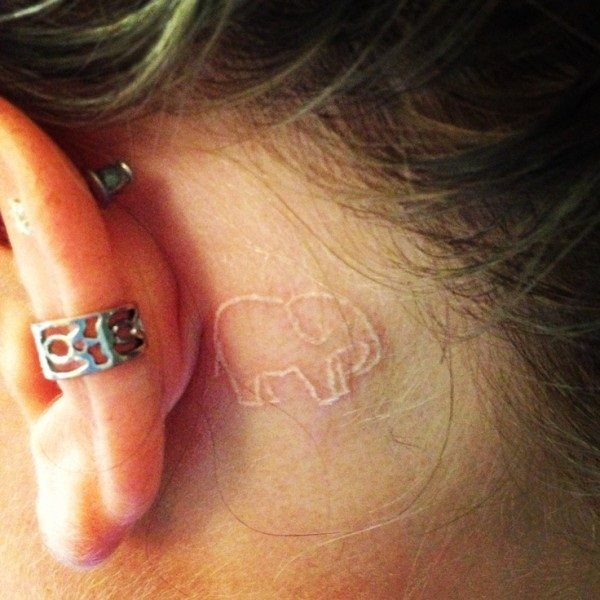 tatouage elephant derriere l'oreille